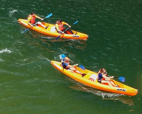 Canoas bajando en grupo por el río Sella