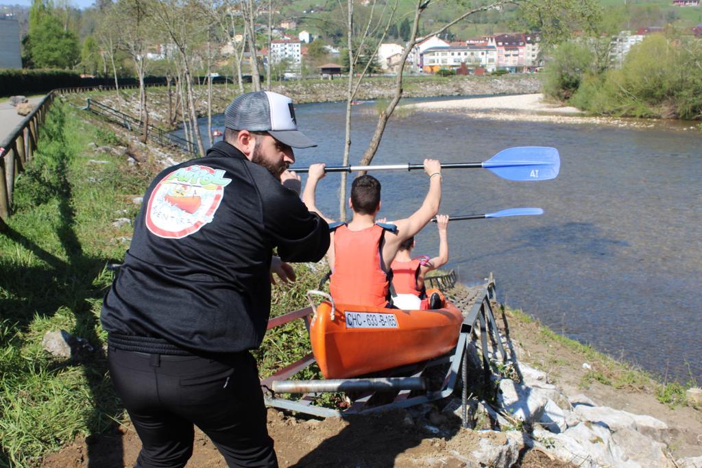 Monitor empujando canoa en la rampa del Sella